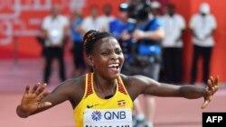Halimah Nakaayi célèbre sa victoire sur 800m aux Mondiaux d'athlétisme Doha 2019, Qatar, le 30 septembre 2019.