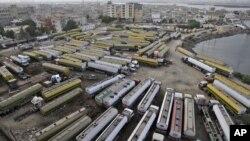 Các xe chở nhiên liệu tiếp tế cho Afghanistan của NATO đậu tại 1 khu vực ở Karachi, Pakistan, 11/6/2012