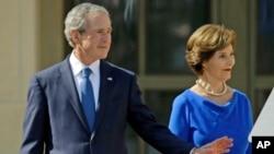 4月25日前總統小布殊和他的妻子,前第一夫人勞拉.布殊,來到在得克薩斯州達拉斯的GW布殊總統中心,參加落成典禮。