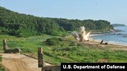 Pelatihan penembakan multi-roket M270 di pantai timur Korea, Juli 2017. (Foto: U.S. Army/Staff Sgt. Sinthia Rosario).
