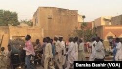 Des centaines de personnes célébrant les taxis dans la ville de Dala dans l'État de Kano. Source: Baraka Bashir (VOA)