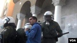 Demonstran ekstrim kanan menganggu demonstrasi yang dilancarkan kelompok pro-imigran di Athena, Sabtu, 15 Januari 2011.