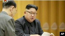 Le leader de la Corée du Nord Kim Jong-Un lors d'une réunion du présidium du bureau politique du Comité central, dans une vidéo diffusée par la télévision nord-coréenne KRT, 3 septembre 2017.