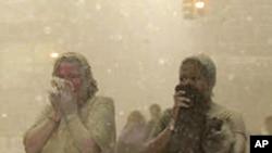 世界貿易中心爆炸現場:人們捂着嘴在烟灰彌漫的街道上奔逃