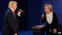 지난해 10월 대통령 선거를 앞두고 열린 TV 토론회에서 도널드 트럼프 미국 대통령(왼쪽)과 힐러리 클린턴 전 미 국무장관이 설전을 벌이고 있다.