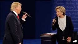 Donald Trump et Hillary Clinton lors du débat présidentiel à St-Louis, le 9 octobre 2016