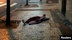 Indivíduo sem casa dorme ao relento em Belo Horizonte