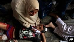 Egipćani povredjeni u sukobima snaga bezbednosti i Morsijevih pristalica leže na Ramzesovom trgu u Kairu, 16. avguta 2013.