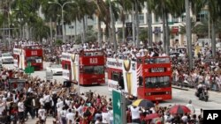 Los fanáticos aclamaron con alegría a sus héroes, que iban en un autobús de dos pisos.