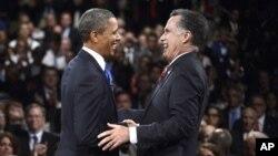 지난달 22일 3차 대선 후보 토론회에서 악수를 나누는 오바마 대통령과(왼쪽) 롬니 후보.