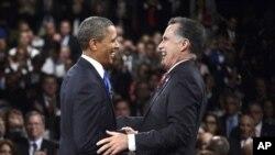 Trong bức ảnh chụp hôm 22/10/2012, cả hai ông Obama, Romney cùng cười lớn sau buổi tranh luận thứ ba tại trường đại học Lynn ở Boca Raton, Florida. (AP Photo/Pool-Michael Reynolds)