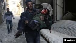 叙利亚东古塔一男子抢救一受伤男孩