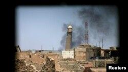 موصل میں واقع قرون وسطی دور کی جامع مسجد النوری کی جھکا ہوا مینار۔ داعش نے یہ مسجد بارود سے اڑا دی ہے۔ 21 جون 2017