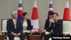 한민구 한국 국방부 장관(오른쪽)과 나카타니 겐 일본 방위상이 20일 서울 용산구 국방부에서 한·일 국방장관 회담을 가졌다.