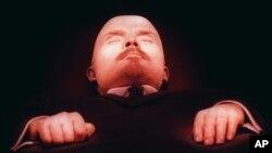 بازدیدکنندگان هر روز از ساعت ده صبح تا یک پس از چاشت از جسد او دیدار می کنند