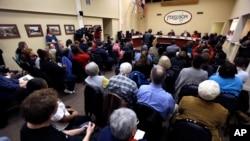 지난 2일 미국 미주리 주 퍼거슨 시 주민들이 시의회 회의실을 메우고 있다. 퍼거슨 시는 미 법무부의 경찰 개혁안과 관련해 충돌을 빚고 있다.