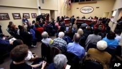Residentes de Ferguson participaron en la reunión del Concejo Municipal donde se decidió enmendar las reformas policiales.