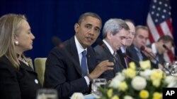 Presiden Amerika Serikat Barack Obama (kedua dari kanan) didampingi Menlu AS Hillary Clinton (ujung kiri) dalam pertemuan dengan PM Jepang Yoshihiko Noda di sela-sela agenda pertemuan puncak ASEAN di Phnom Penh, Kamboja (20/11). Menlu Clinton telah diutus Obama untuk berangkat ke Timur Tengah sebagai penengah dalam upaya peyelesaian konflik di Timur Tengah, seusai kunjungan di Kamboja ini.