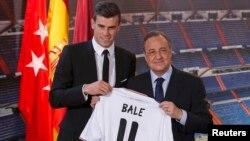 Gareth Bale dari Wales memegang kaos klub barunya, Real Madrid, didampingi Presiden Real Madrid, Florentino Perez di Stadion Santiago Bernabeu, Madrid (2/9/2013).