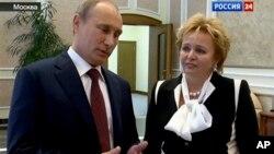 7일 러시아 국영TV와의 인터뷰에서 이혼 사실을 밝히는 블라디미르 푸틴 러시아 대통령(왼쪽)과 부인 류드밀라 여사.