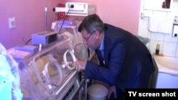 Veran Matić, direktor Fonda B92 sa bebom u Gračanici