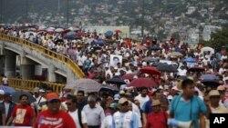 Para demonstran di Acapulco, Guerrero di Meksiko, memprotes hilangnya 43 mahasiswa (17/10). (AP/Eduardo Verdugo)