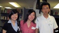 中国留学生丁姗姗(左)、张彦硕、敖斯乔