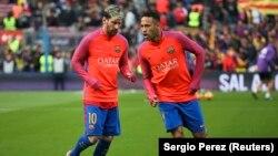 """Lionel Messi et Neymar s'échauffent avant le """"Clasico"""" Barcelone-Real Madrid, au stade Nou Camp, à Barcelone, 3 décembre 2016."""