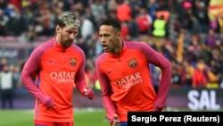 Lionel Messi, à gauche, et Neymar lors d'une séance d'échauffement au stade Nou Camp, 3 décembre 2016.