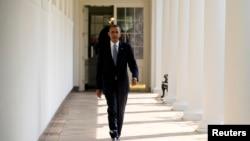 2013年9月10日奥巴马总统从白宫住所走到他的办公室的照片,预定奥巴马要在这天晚上经由电视向全国发表有关叙利亚问题的讲话。