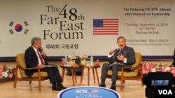 해리 해리스 주한미국대사(오른쪽)가 11일 열린 '극동포럼'에서 강연한 후 청중들의 질문에 답변을 하고 있다.