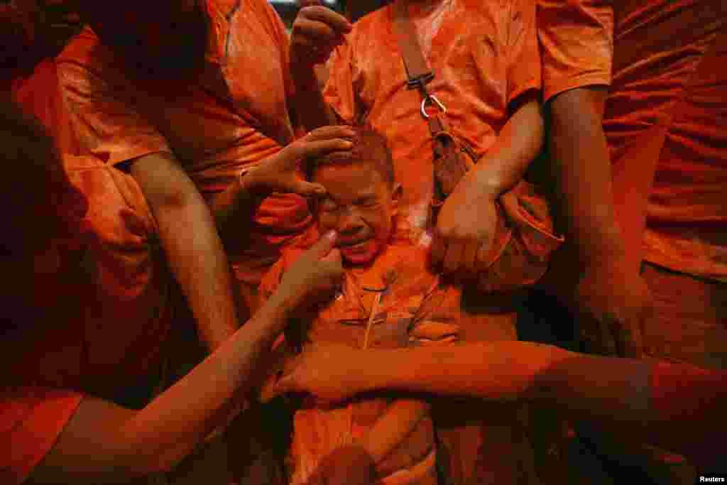 ایک بچے کو سیندور لگانے کا منظر۔