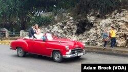Newlyweds leave the Hotel Nacional