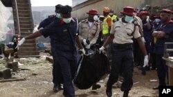 Nhân viên cứu hộ khiêng xác nạn nhân ra khỏi hiện trường tai nạn rớt máy bay ở Lagos, ngày 4/6/2012