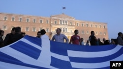 Greqia e zhytur në borxhe përballet me një vendim të vështirë