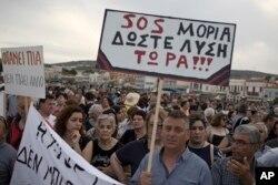 Midilli'de Moria mülteci kampındaki durumu şikayet eden protestocular