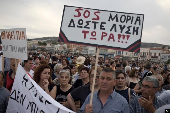 Demonstranten beschweren sich über die Situation im Flüchtlingslager Moria in Mytilini