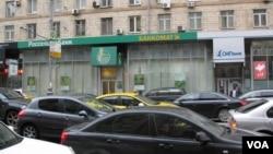 位于莫斯科市中心的国有俄罗斯农业银行(左)和私营SMP银行(右)。两家银行都被列入欧美制裁名单。SMP银行由普京密友,财阀罗滕贝格兄弟拥有 (美国之音白桦)