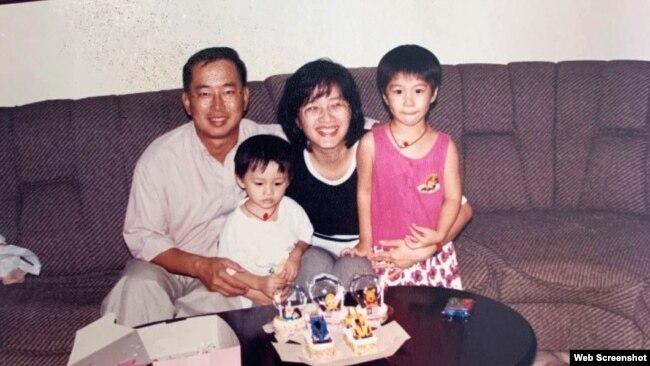Hình gia đình cô Jocelyn Yow (phải) cùng anh và cha mẹ khi sinh sống tại Malaysia. (Credit: Jocelyn Yow via PBS SoCal)