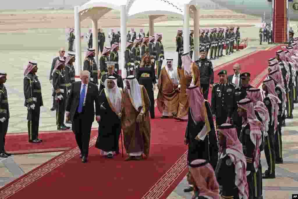 حاشیه های سفر پرزیدنت ترامپ به ریاض - استقبال پادشاه عربستان سعودی از پرزیدنت ترامپ