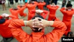 Activistas de Amnistía Internacional han condenado reiteradamente la existencia de la prisión de Guantánamo, en Cuba, dirigida por Estados Unidos.