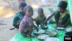 အထက္ျမတ္လွဲစစ္ေရွာင္စခန္းတြင္ ညေနစာစားေနသည့္ ကေလးငယ္တစု