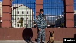 Một cảnh sát Nga đứng canh trên một con đường ở Soshi, 30/12/13