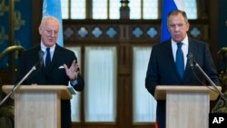 Russian Foreign Minister Sergei Lavrov, right, listens as U.N. Special Envoy for Syria Staffan de Mistura speaks during a news conference following their talks in Moscow, Nov. 4, 2015.
