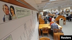 Foto pendiri gereja Mormon, Joseph Smith dan isterinya beserta nama keturunannya dipasang di tembok perpustakaan Universitas Brigham Young di Provo, Utah (foto: dok).