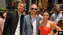 """Pierre Coffin (kiri) dan Chris Renaud, kedua sutradara """"Despicable Me 2,"""" berpose dengan aktris Dana Gaier para premier film itu di Universal City, California (22/6). (AP/Chris Pizzello)"""