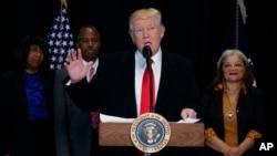 Predsednik Tramp tokom govora posle obilaska Nacionalnog muzeja afroameričke istorije i kulture na Nacionalnom molu u Vašingtonu