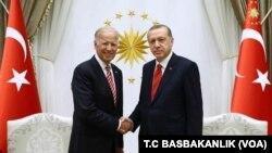 조 바이든(왼쪽) 미국 부통령과 레제프 타이이프 에르도안 터키 대통령이 24일 터키 수도 앙카라에서 회담한 뒤 악수하고 있다.