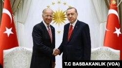 Wapres AS Joe Biden (kiri) bertemu dengan Presiden Turki Recep Tayyip Erdogan di Ankara, Rabu (24/8).