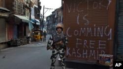 Tentara paramiliter India melakukan patroli pada penerapan jam malam di Srinagar, Kashmir-India (13/9).